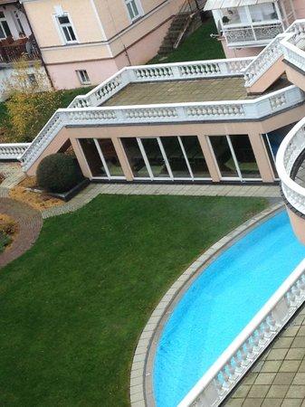 Falkensteiner Hotel Grand MedSpa Marienbad: looking down from bedroom window to pool