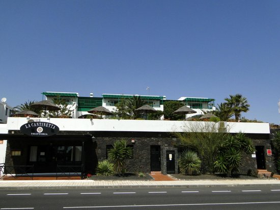 Residencia Golf y Mar: View from the street (good restaurant !)