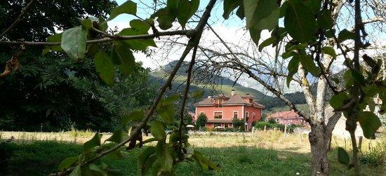 Hotel Rural El Torrejon: El hotes desde el rio Cares