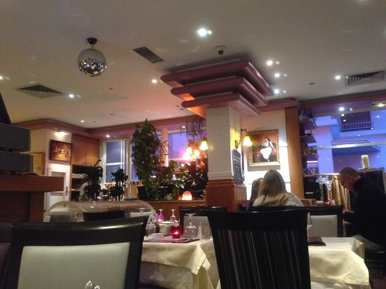 Le Mont Liban : Sitting at a table