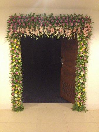 Sunwing Kamala Beach: Вход в конф. зал, украшенный к празднику живыми цветами.