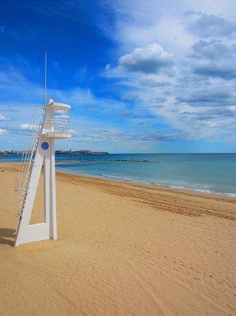 Hotel Spa Porta Maris & Suites del Mar: Alicante beach and lifeguard tower