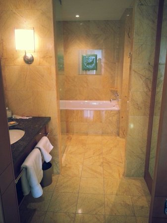 Regent Warsaw Hotel: Lovely bathrooms