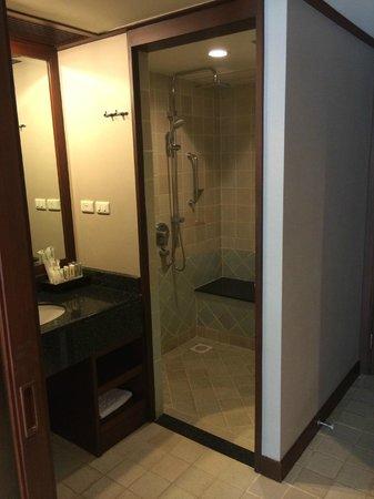 Holiday Inn Resort Phuket: Salle de bain et douche