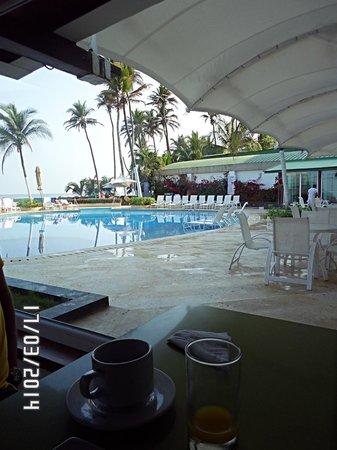 Hotel Dann Cartagena: area de desayuno con vista a la pileta
