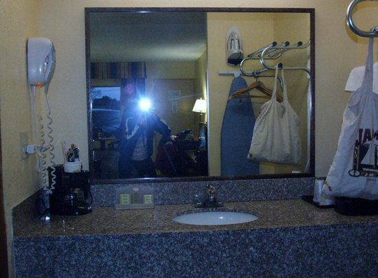 Super 8 Kimball: Sink/vanity area included a coffeemaker.