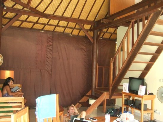Bali Alizee Villas : living area and stairs to upper bedroom