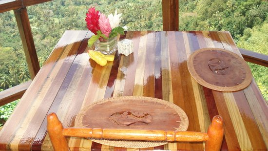 Ladera Resort: Table 'on the edge'...
