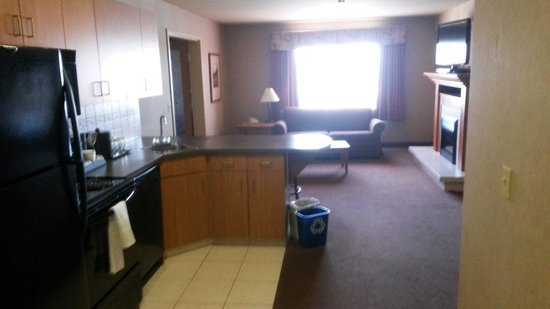 Ramada Airdrie Hotel and Suites: Executive kitchen suite