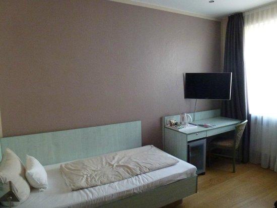 Hotel Attaché an der Messe: Кровать и стол