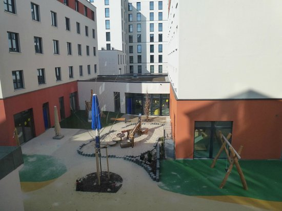 Hotel Attache an der Messe: Окна выходят на детскую площадку