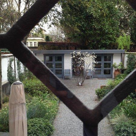 RossoSegnale Concept Art Gallery B&B: Il giardino