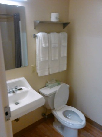 Extended Stay America - Cincinnati - Blue Ash - Kenwood Road: clean, efficient bath room