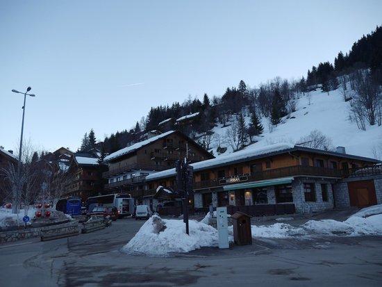 Chalet Les Grangettes : Hotel and Meribar opposite Chaudanne lifts