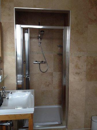 Glen Mhor Hotel & Apartments: 223. Lovely big shower