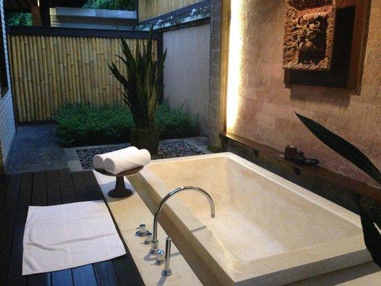 The Chedi Club Tanah Gajah, Ubud, Bali – a GHM hotel: The bathtub, outside covered area