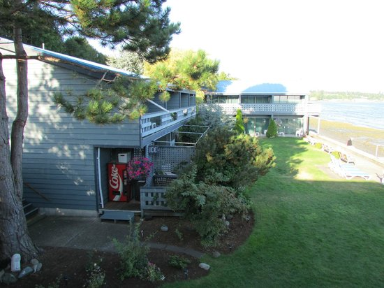 Sand Pebbles Inn: the property from balcony