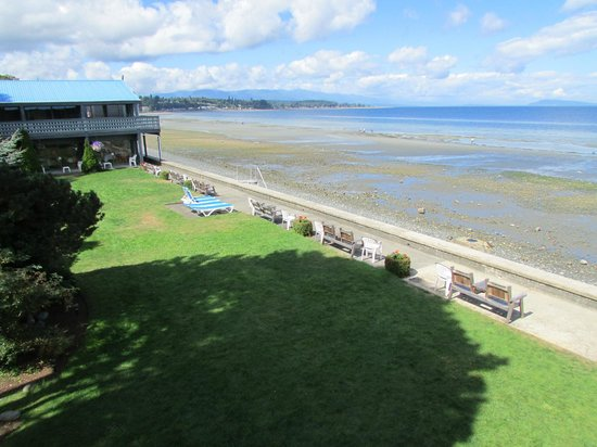 Sand Pebbles Inn: Qualicum Beach from balcony #115