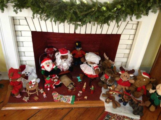 Maple House Bed & Breakfast: Santa display greets Christmas week skiers.