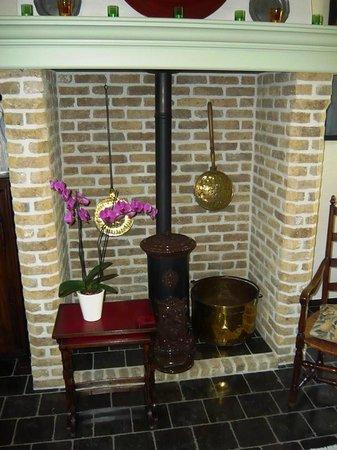 Auberge De Klasse: Lounge fireplace