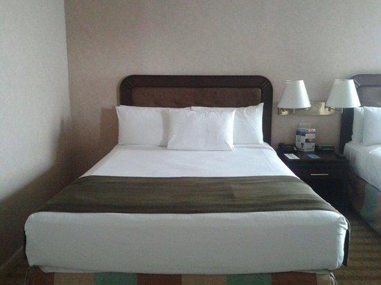Clarion Suites Guatemala: cama