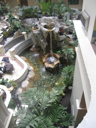 Embassy Suites by Hilton Fort Lauderdale 17th Street: Waterfall in Courtyard