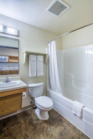WoodSpring Suites Phoenix I-17 North: Bathroom