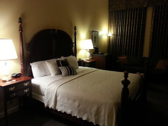 Governors Inn: Great, 4-poster king bed.
