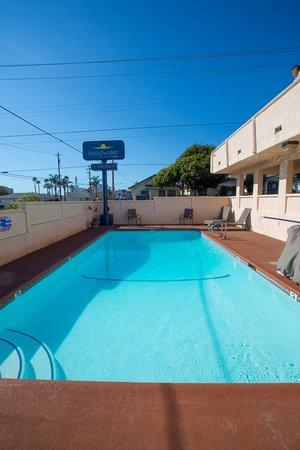 Beachwalker Inn & Suites: Pool