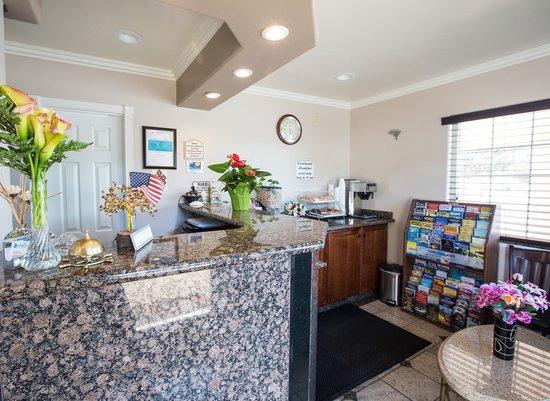 Beachwalker Inn & Suites: Lobby