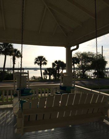 Night Swan Intracoastal Bed and Breakfast: The swing and a glass of wine is the perfect sunset spot!