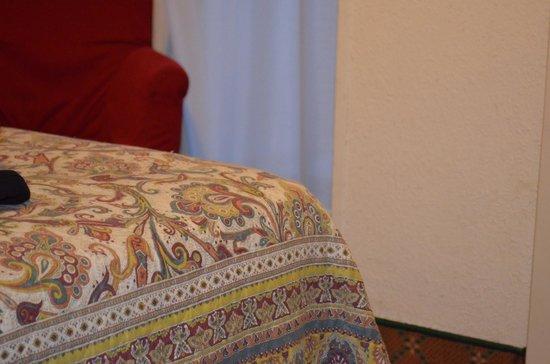 """Hotel Columbus: il """"letto"""" e in sfondo la poltroncina ad altezza pavimento."""