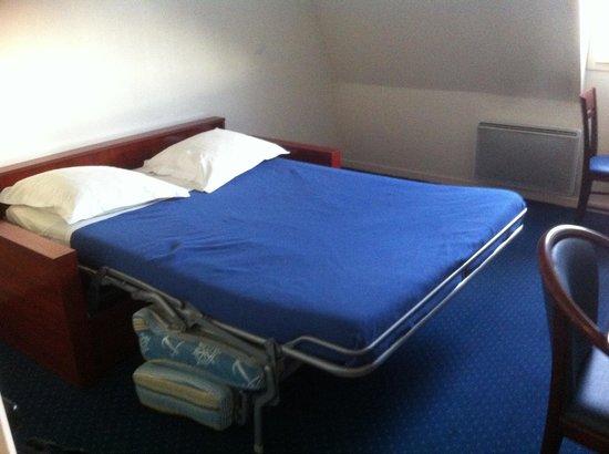 Appart'City Poissy : Voici le lit dont dispose ma chambre: un vieux canapé convertible !