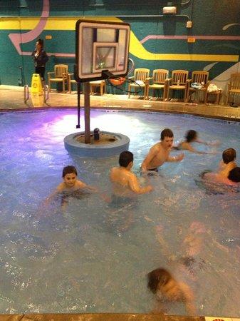Hotel Cascada: My son enjoyed playing water b-ball