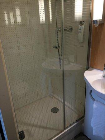 Ibis Nice Centre Notre-Dame: Room 412 - tiny bathroom #1