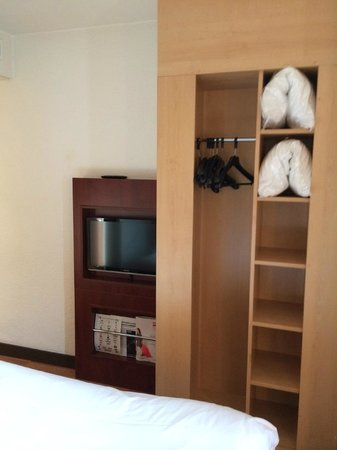Ibis Nice Centre Notre-Dame : Room 412 - closet and TV