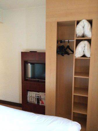 Ibis Nice Centre Notre-Dame: Room 412 - closet and TV