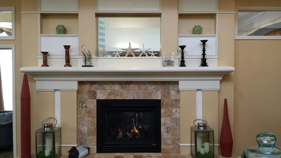 Hilton Garden Inn Outer Banks/Kitty Hawk : Fire place is nice in April.