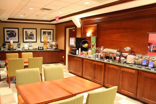 Hampton Inn Long Island - Brookhaven: Complimentary Breakfast