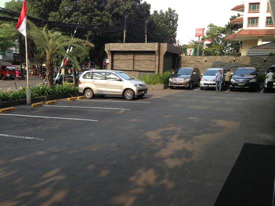 Oria Hotel: Wide parking area