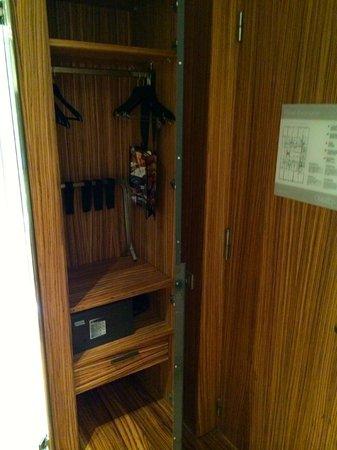 Hotel Granados 83 : Individual Executive Room, Wardrobe