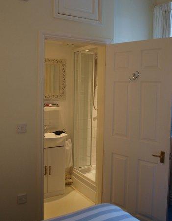 Woodbridge Station Guest House: En suite bathroom