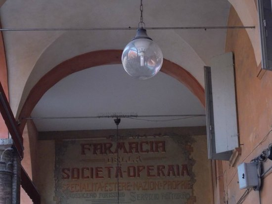 Piazza dei Martiri: affresco storico scoperto sotto il portico adiacente il municipio (foto 06.04.2014)