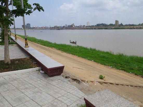 Sisowath Quay : спуск с набережной к реке