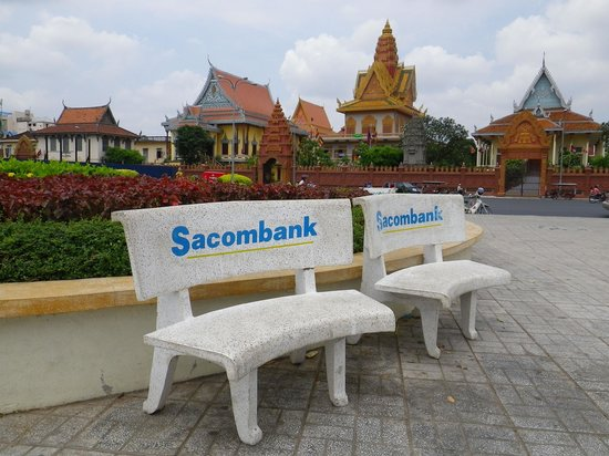 Sisowath Quay : такие рекламные скамейки - по всей набережной