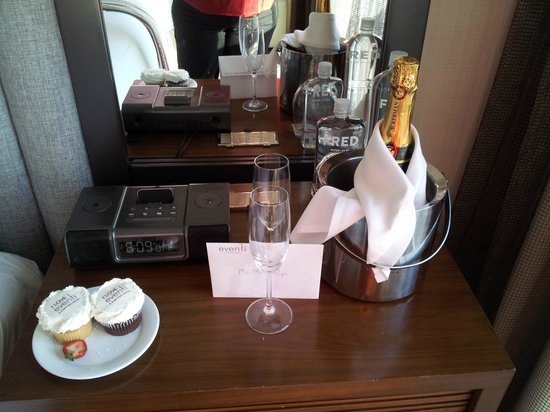Hotel Eventi - a Kimpton Hotel: Champagne and cupcakes for our birthdays, compliments of Eventi
