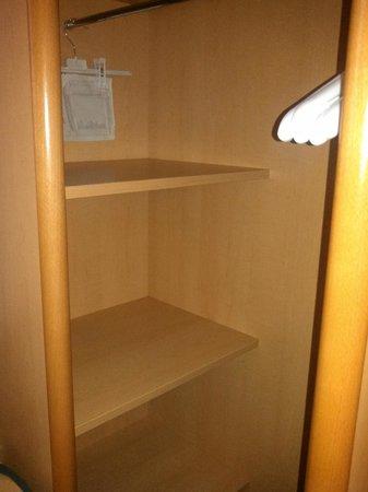 Ibis Reading Centre: Closet