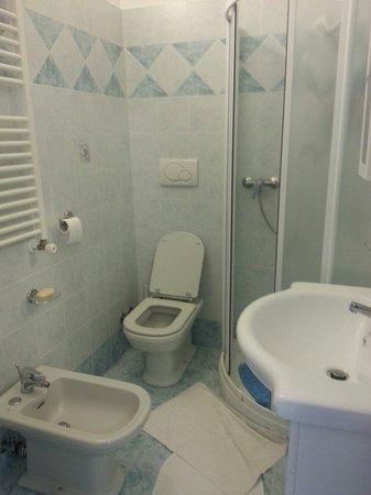 Ravello Rooms: Spacious & beautifully tiled bathroom