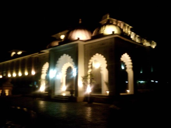 Radisson Blu Udaipur Palace Resort & Spa: Night time view from outside