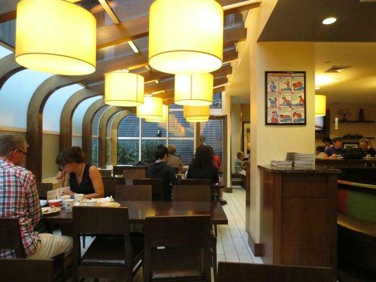 Hampton Inn Manhattan - Madison Square Garden Area : Bright breakfast room